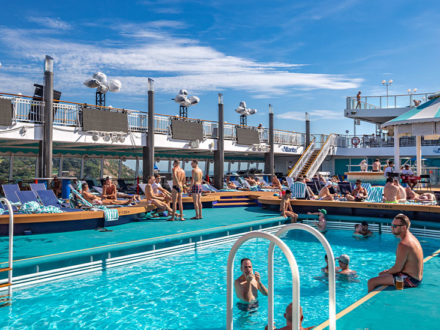 Pooldeck Norwegian Jade gay cruise