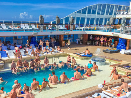 Oceania Riviera schwule Kreuzfahrt Pooldeck