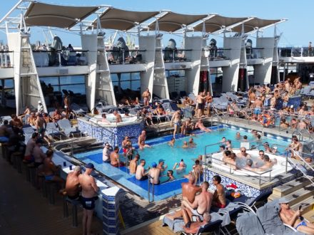 schwule Kreuzfahrt gay cruise Pool